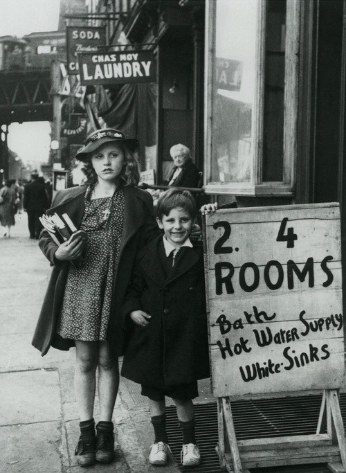 Broertje en zusje in New York, 1930. Brother and sister in New York, 1930.
