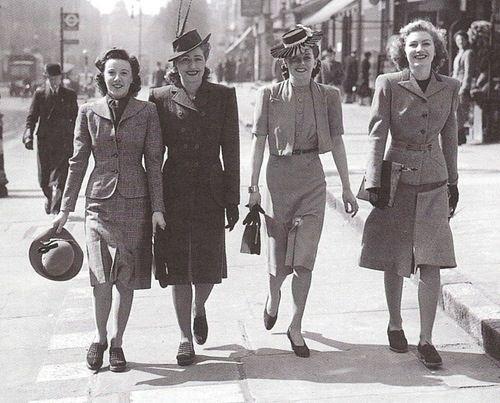 Vrouwen onderweg naar hun werk in de jaren 40.