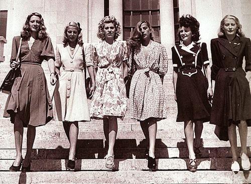 Random fashion foto uit de jaren 40. Wat een verschil met het straatbeeld van nu...