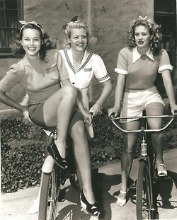 Hele mooie foto uit een jaren 40 fashion magazine. Sportieve mode. Pretty!