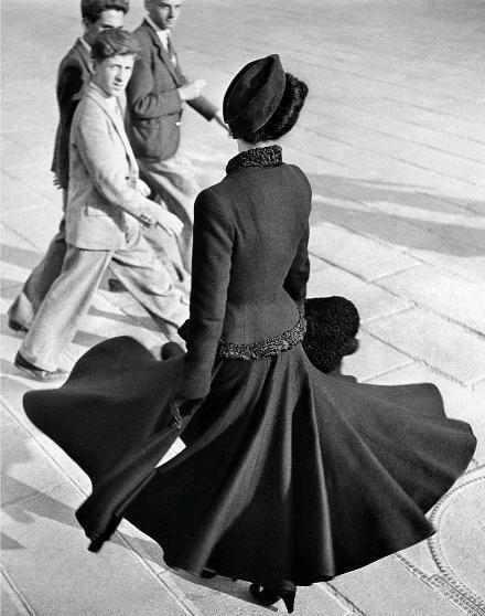 """Parijs, Dior, 1947. Geweldige foto. Ik kan de """"swish"""" in haar jurk bijna horen!"""
