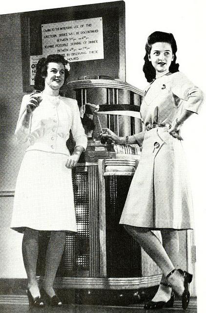 """Twee jonge meisjes in een """"soda shop"""" juli 1943."""
