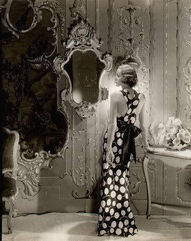 Wat zagen de vrouwen er toch elegant uit in de jaren 40. Prachtige foto.