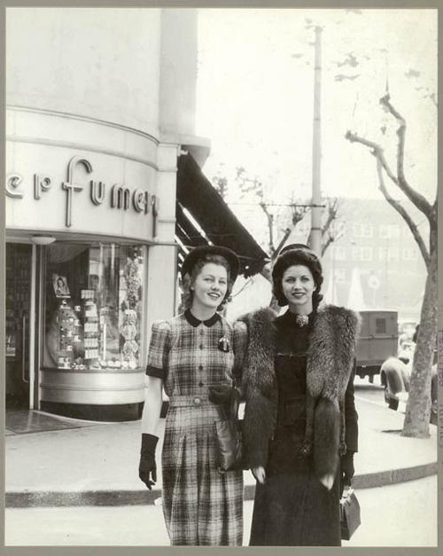 Mode in Sydney, Australië. Deze vrouwen poseren voor de Minerva French Perfumery, juli 1941.