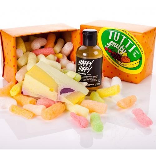 Ben je op zoek naar een leuk cadeautje voor iemand die dol op douchen en fruit is? Zoek niet verder, je hebt het gevonden! In dit cadeau vind je zo'n lekker sappig stuk Miranda zeep, een romige zeep met veel sap van echte kiwi's (vol Vitamine C) en bergamot-, ylang ylang en jeneverbesolie, deze oliën zorgen goed voor je huid, ze werken verstevigend en verhelderend. Happy Hippy is grapefruit, grapefruit, grapefruit. Er zit niet alleen vers grapefruitsap in, van de geraspte schil hebben we een infusie gemaakt, deze voegen we ook toe aan Happy Hippy. En ook zit er essentiële grapefruitolie in! Van een douche met Happy Hippy wordt je lekker wakker en je zit gelijk lekker in je (schone) vel, € 15,20.