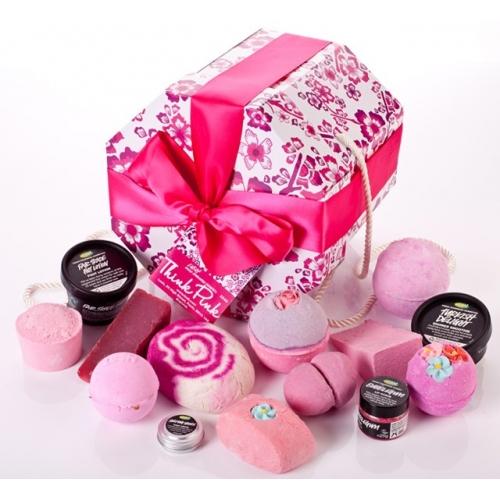 Een roze doos (waar je je hoeden, sokken, ondergoed of sieraden in kunt bewaren als ie leeg is) gevuld met veertien roze Lushproducten. En dat nog afgemaakt met een roze lintje. Moeten we nog doorgaan? Onze roze producten bevatten een heel assortiment aan verschillende oliën van de kruidige geur van kamille tot het elegant zoete van de tonkaboon. Koop dit voor iedereen van wie je weet dat roze de favoriete kleur is. Inhoud:  - Think Pink Bath Ballistic - Rose Queen - Twilight Bath Ballistic - Sex Bomb - Helping Hands Handcreme (tin) - Rose Jam Bubbleroon - Rock Star Soap - The Godmother Soap - Turkish Delight Shower Smoothie (50g) - The Comforter - Cream Candy Bubble Bar - Bubblegum Lip Scrub - Fair Trade Foot Lotion 100g - Melting Mashmallow Moment Luxury Bath Melt.