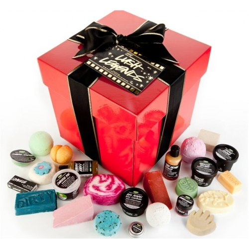 Voor als je echt héél veel van iemand houdt ;) Een geweldige luxe doos vol fantastische Lush delicatesses. Als ware het bonbons stellen deze producten zich aan je voor, stuk voor stuk zijn het allemaal zelf legendes! Nu met een hele nieuwe inhoud, deze speciale versie voor mensen zonder bad :-) Het zijn onze best-verkopende, populairste producten en dat zijn ze natuurlijk niet voor niks! 25 Producten voor douche, huid, haar en zelfs voor je tanden, ze zitten er allemaal in.  Bevat Douche: Godmother Soap, Ro's Argan Body Conditioner (45g), Sea Vegetable Soap, It's Raining Men Shower Gel (100g), Rub Rub Rub(130g), Happy Hippy Shower Gel (100g), Buffy Body Butter (90g), Honey I Washed the Kids Soap, Turkish Delight Shower Smoothie(90g), Sweetie Pie Shower Jelly(100g), Karma Soap, Sugar Scrub, Bohemian Soap, Whoosh Shower Jelly(100g), The Olive Branch Shower Gel (100g) Gebit: Chou Chou I Love You Hand/lijf: Soft Coeur Massage Bar, Silky Underwear, Each Peach Massage Bar (mini), Tiny Hand Hand Serum, Ultrabalm (10g), Dream Cream (100g) Gezicht: Ocean Salt Facial Scrub (70g) Haar: Seanik Shampoo bar, Jungle Solid Conditioner € 193,15.
