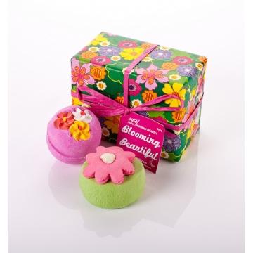 Blooming Beautiful: Dit perfecte cadeautje geef je aan de persoon die je wil zeggen: Ik vind je geweldig. Of... Je koopt het voor iemand die een beetje in de put zit en wel een fijne opkikker kan gebruiken. Want je wordt gewoon heel erg blij van een fantastisch bad met Think Pink (lavendel, tonka en vanille) of Pop in the Bath met bergamot, citroen en mandarijn, € 13,20.