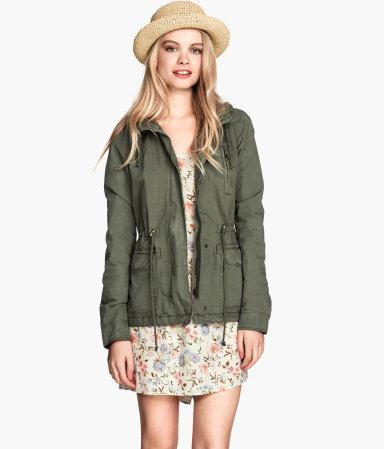 Ook dit jaar is de parka weer terug! I love them. Dit is een army groene parka van de H&M. Combineer met een (ripped) jeans en een stoere (crop)top voor een casual grungy look. Ook leuk in contrast met juist een lief zomerjurkje en bikerboots eronder! Deze is