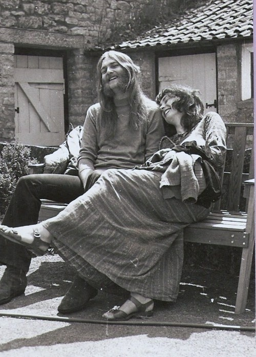 Hippies in love on a bench.
