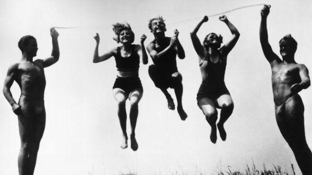 Jump rope on the beach, 1929.