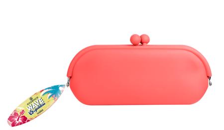Waar moet je je geliefde zonnebril laten als je weer terug op je surfboard springt? Essence heeft de ideale oplossing met deze zonnebril hoes, gemaakt van licht siliconenmateriaal in neon oranje! Verkrijgbaar in 01 life is better when you surf. Prijs € 3,39.
