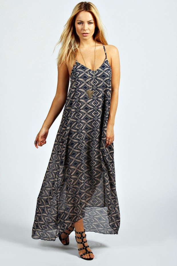Beatrice Blurred Aztec Strappy Dipped Back Maxi Dress in Navy Blue, €37,99