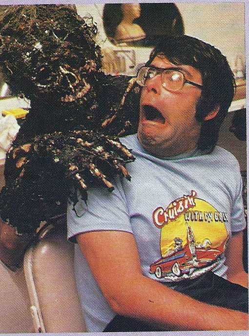Screenwriter/ co-star Stephen King maakt vrienden op de set van de film Creepshow.