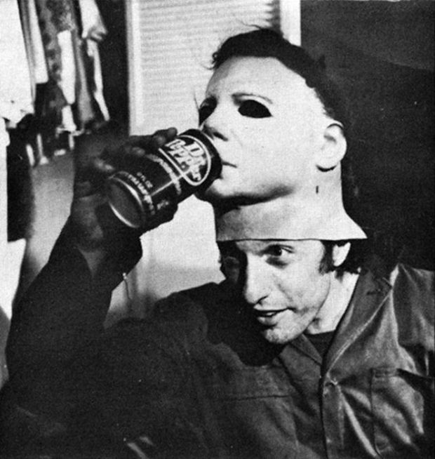 Michael Myers (gespeeld door Nick Castle) aan de Dr. Pepper.
