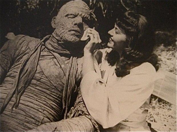 Lon Chaney Jr. krijgt een beetje hulp van zijn tegenspeelster op de set van The Mummy's Curse (1944).