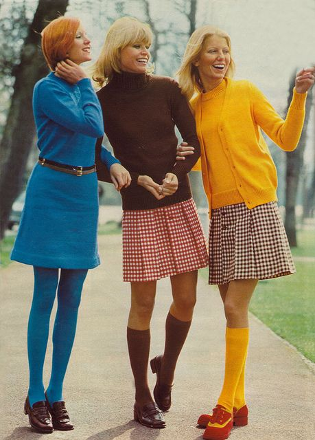 """De wat meer """"brave"""" jaren 70 stijl. Kniekousen, iets langere """"mini rokjes"""" en felgekleurde cardigans."""