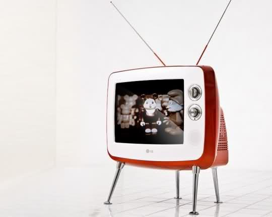 Het is de trend in televisie-land om tv's zo dun en flitsend mogelijk te maken. LG denkt dat er in deze tijd ook nog wel plaats is voor een wat dikker apparaat: de LG Serie 1 Retro Classic TV, een nieuwerwetse televisie in een prachtig retro-jasje. Het scherm is niet al te groot (14 inch, 35 centimer), maar het leuke design maakt dit ruimschoots goed. De televisie is verder voorzien van een digitale TV-tuner, een afstandsbediening en een ingang voor een composiet kabel. Leuke bijzonderheid is de schuifknop op de voorkant: hiermee kun je wisselen tussen de beeld-modi kleur, zwart-wit en sepia. Geinig! Vooralsnog is LG alleen voornemens het retro tv-toestel in Korea aan te gaan bieden. Why?! De prijs is met 249,000 KRW (omgerekend zo'n 150 euro) hartstikke prima! I'd lóve to have this one in my bedroom!