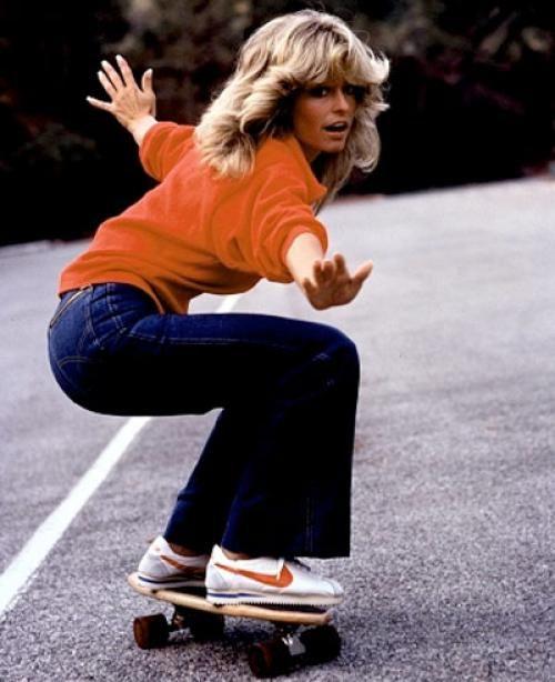 Charlie's Angel Farrah Fawcett op een skateboard.