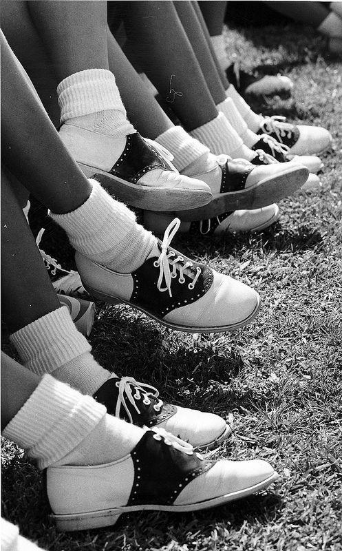"""Begin jaren 70 waren """"Saddle shoes"""" helemaal hip. Vooral onder high school students. Het schijnt dat ze vreselijk veel pijn deden om in te lopen. Maar iedereen wilde ze."""