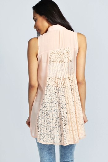 Aimee Sleeveless Lace Back Shirt in Blush, nu in de sale voor €21,99.