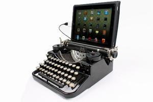 OMG! Deze prachtige Underwood draagbare typemachine is liefdevol gerestaureerd en vervolgens aangepast om te werken als een USB-toetsenbord voor PC, Mac of zelfs een iPad! Jazeker, het werkt als een volledig functioneel toetsenbord voor je computer!   De aanpassing is zeer netjes, en laat de typemachine ogen, voelen, en werken als een gewone typemachine. Je kunt het gebruiken als je primaire toetsenbord voor je computer of schakel de monitor uit en typ op papier zoals je bij een normale typemachine ook zou doen. Je kunt het ook gebruiken als een handig toetsenbord voor je iPad of andere tablet. Een mooie, functionele en unieke toevoeging voor je kantoor aan huis.   De USB Typemachine kan alle letters, cijfers en leestekens typen. Het bevat ook shift, space, en enter (wat letterlijk wordt geactiveerd door de wagen van de typemachine te verplaatsen!). Veel niet-standaard toetsen, zoals F1-F12, esc, ctrl, en ga zo maar door zijn beschikbaar met een speciale toggle toets. De USB Typemachine kan eenvoudig worden geconfigureerd om te typen in verschillende talen. So awesome... Prijs €648,00. Slik...