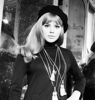 Brigitte Bardot haar gigántische haardos past amper onder een baret. Echter, met deze 1960s bobbed haircut ging het toch prima. She looks beautiful!