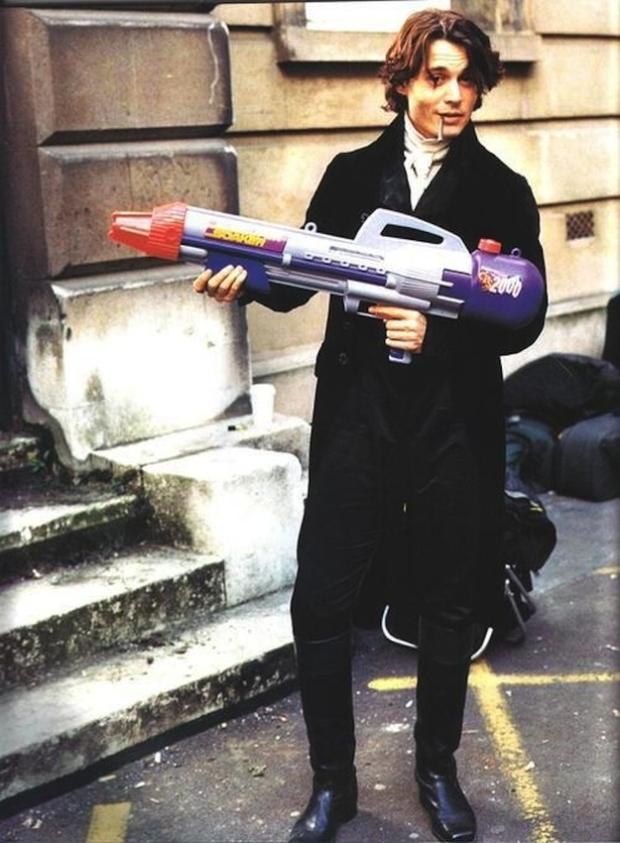 Johnny Depp houdt even pauze. Een peuk en een supersoaker. Goede combi!