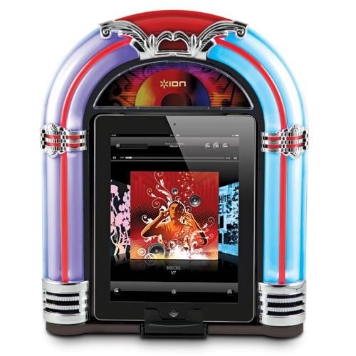 Geniet van uitstekend geluid uit deze retro ION jukebox. Hij werkt met een dockingsysteem voor iPhone, iPod en iPad. Zo kun je muziek luisteren terwijl het apparaat oplaadt! De speciale ingang maakt de jukebox ook geschikt voor andere muziekspelers.   • Speaker van hoge kwaliteit luidsprekers  • Materiaal: Hout  • Met neon-licht voor een retro look  • Geschikt voor iPhone, iPod en iPad  • Met oplaadfunctie Prijs €129,95. So cute!