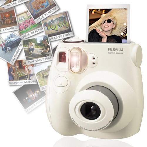 Hoe cool zijn polaroidcamera's en waarom zie je ze bijna nooit meer?  De instax mini camera van Fujufilm is een instant polaroid camera die meteen afdrukt! Weg met alle digitale fotocamera's, telefoons en geheugenkaarten. Krijg je foto meteen in handen en bewaar ze veilig. De Polaroid Fuju Camera maakt namelijk polaroidfoto's, die dus meteen worden afgedrukt. Nog leuker is dat de polaroidfoto's het formaat hebben van een creditcardpasje! Je kan ze dus makkelijk opbergen in je portemonnee of in je pasjeshouder. Prijs €79,95.