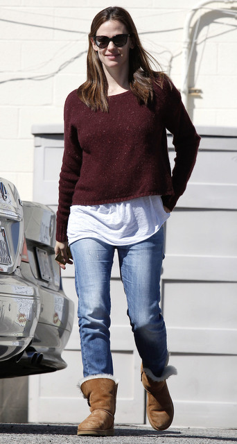Jenniger Garner gaat graag shoppen in haar Uggs. En terecht! Ik bedoel, shoppen wil je het liefst zo lang mogelijk volhouden. Wat is er dan meer comfortabel dan op je Uggs rondlopen? En ze ziet er nog meer dan prima uit ook! Casual yet cute.