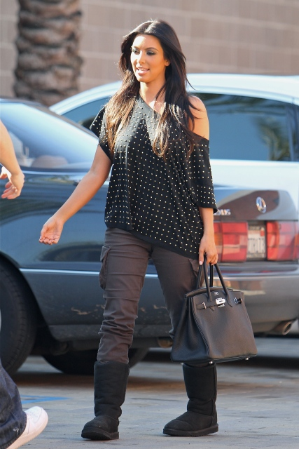 Kijk, dit noem ík dus een totale mismatch. Nu vind ik sowieso dat Kim Kardashion zich totaal niet kan kleden (ze is vooral een ster in zichzelf in kleding proppen die haar véél te klein is, néver sexy!), dus ik was niet verbaast toen ik deze foto zag.  Ik ben totaal vóór het matchen van high en low fashion op zich, maar dit oogt zo rommelig en zelf een beetje trashy, no, just no...Jammer KIm!