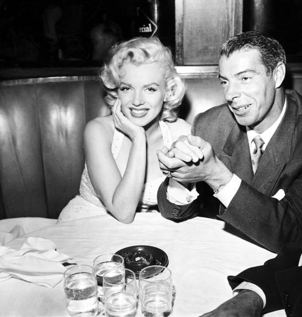 Marilyn Monroe met haar tweede man Joe DiMaggio.