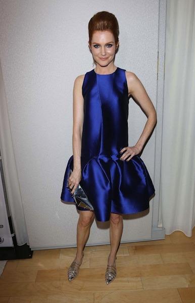 Wat een gedrocht van een jurk! Haar benen lijken totaal tiny en haar bovenlichaam eindeloos lang. Fashion horror!
