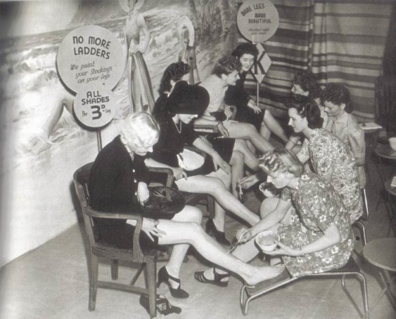 Bij nader inzien blijkt ook dit fenomeen al veel langer te bestaan. Paint-On hosiery 1940's.
