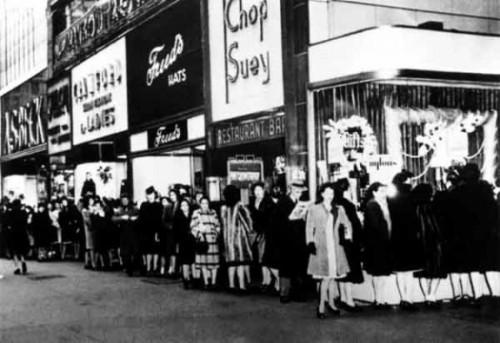Na de herfst in 1945 kwamen de nylons eindelijk weer terug. Er vormden zich lange rijen vrouwen voor de bekende warenhuizen zoals Macy's.
