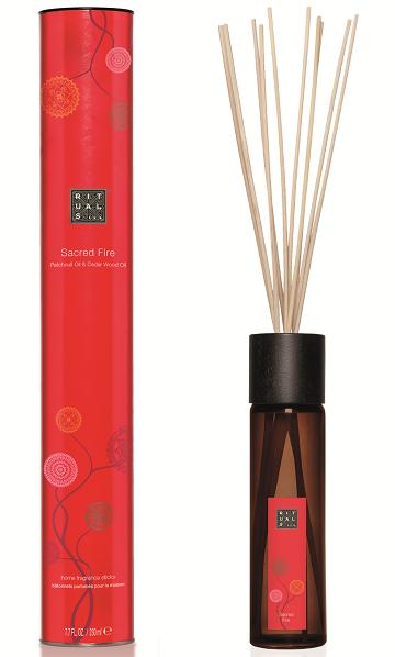 Een limited edition speciaal gecreëerd voor de Diwali lijn.  Een natuurlijke en stijlvolle manier om je huis heerlijk te laten ruiken.  Combineert de geur van kalmerende Witte Patchoeli en de warme, zachte ondertoon van Cederhout.  Perfect voor gebruik in het hele huis: van woonkamer tot badkamer, keuken en toilet.  Werkt ongeveer 3 maanden. Een rijke, warme, kruidige melange met citrusachtige, bloemige en zoete noten die beelden oproept van weelderig zacht kasjmier op een winterse avond. Instructies: Rangschik de elegante, natuurlijke stokjes in de met parfum gevulde fles. Belangrijk: bij deze formule hoeven de stokjes niet te worden gedraaid.