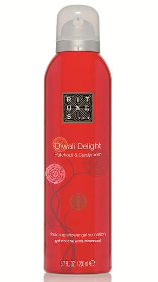 Unieke doucheschuim technologie, speciaal ontwikkeld voor de Diwali lijn. Doe een beetje gel in je hand, in contact met water verandert deze in rijkverzorgend schuim. Combineert de zachte geur van Patchouli en Cardamom. Gebruik na het douchen met Diwali Delight doucheschuim Touch of Light bodycrème om dezelfde geurervaring te beleven.