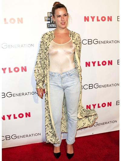 Er klopt gewoon echt helemaal níks aan deze outfit. Met als topper de uberglimmende witte body. Fouter dan fout!
