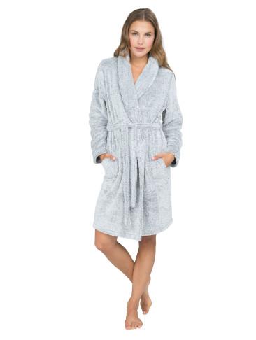 Badjas Snuggle €39,99. Heerlijk zachte badjas uitgevoerd in grijs. Deze badjas heeft een brede kraag en een wikkelsluiting op het middel. • Badjas • Lang model, valt over de knieën • Met steekzakken aan de voorkant • Met wikkelsluiting • Brede kraag Polyamide 100%.
