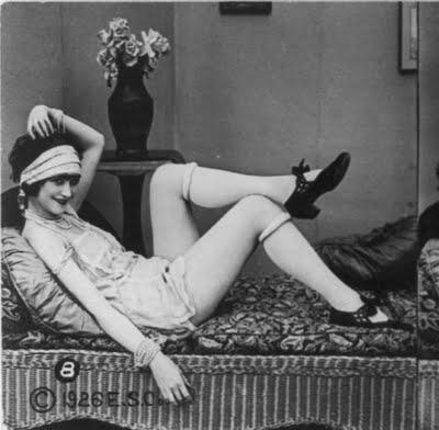 Flapper girl met opgerolde kousen in de jaren 20.
