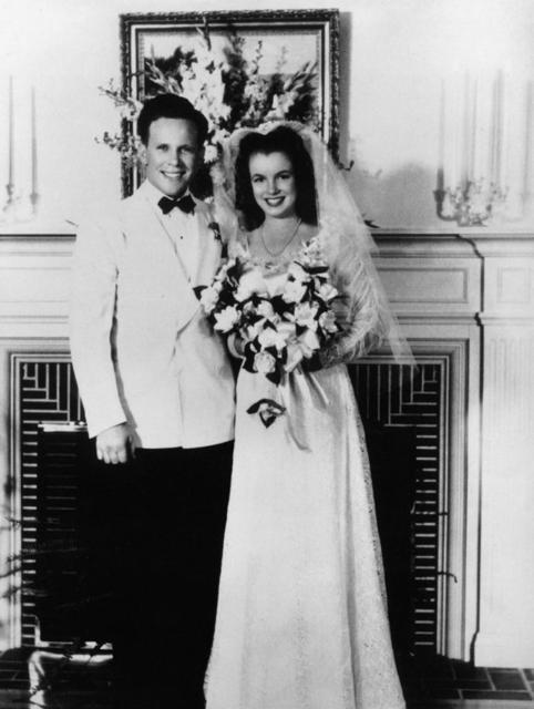 Marilyn Monroe (toen nog bekent als Norma Jeane Baker) & James Dougherty. Dit was haar eerste huwelijk welke plaats vond in 1942.