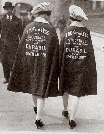 Wandelende reclame voor ladder-vrije kousen in de jaren 20.