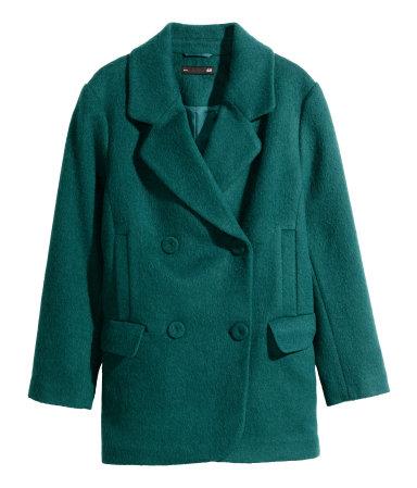 Een korte, double-breasted jas van wolmix. De jas is gevoerd en heeft voorzakken met klep en steekzakken.