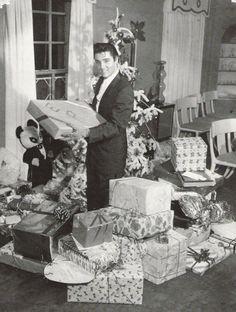Elvis Presley , Christmas at Graceland, 1957.
