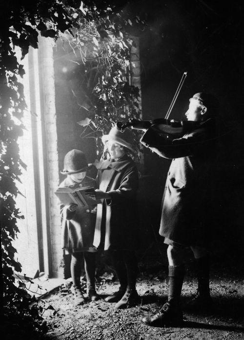 Kerstliedjes zingen, 18 december 1924.