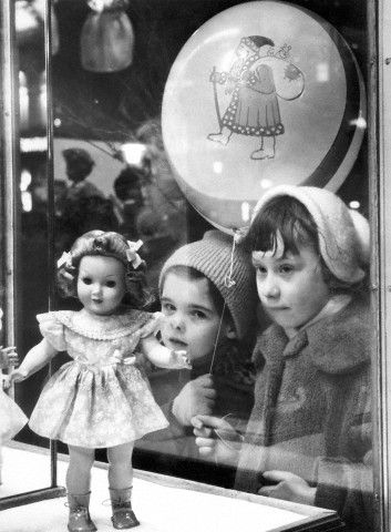 Wanting that doll só bad. Kerstperiode 1956.