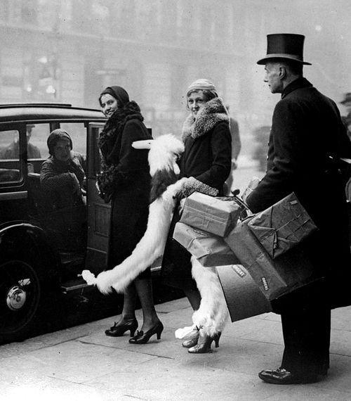 Flink geshopt in het warenhuis. Kerst 1931.