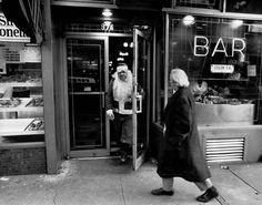Kerstman verlaat de kroeg, New York, 1968.