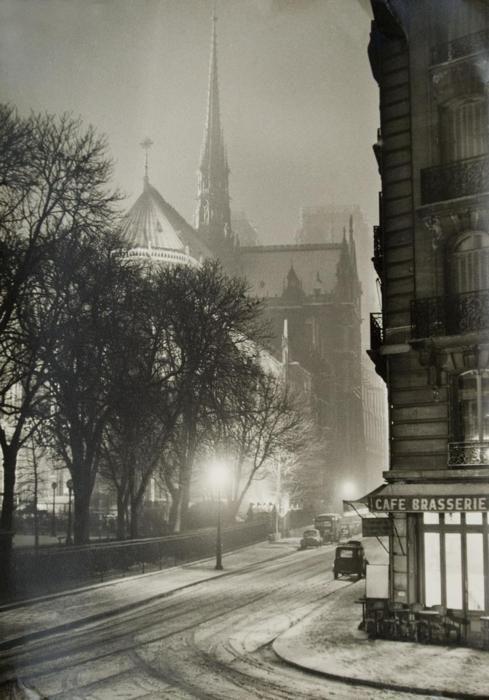 Een prachtige winterse avond in Parijs vlak voor kerst. Jaren 40.